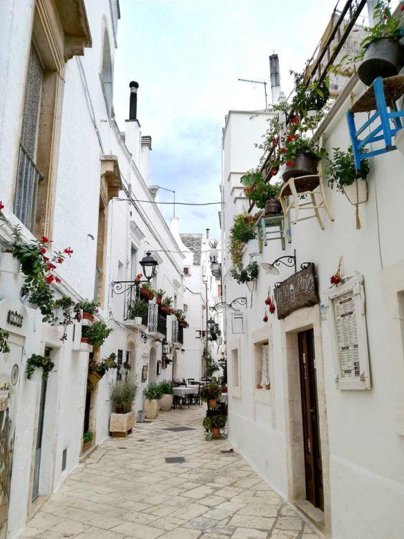 vie-addobbate-Locorotondo-Puglia