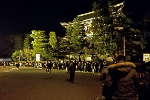 Chion-in-fila-Kyoto-Capodanno-Giappone-Japan