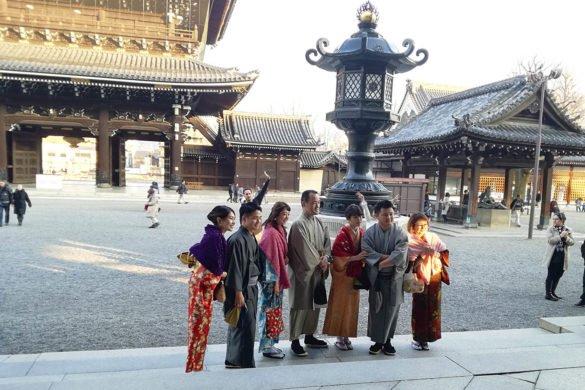 Una famiglia in abiti tradizionali festeggia il nuovo anno nel tempio Higashi Hongan-ji di Kyoto-viaggio a kyoto